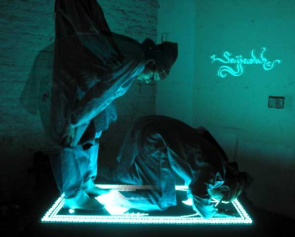 Invented by London-based Turkish designer Soner Ozenc, a new prayer mat lights up when facing the Saudi city of Mecca.