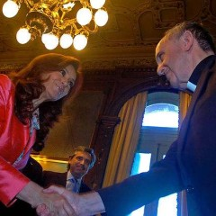 Archbishop Jorge Mario Bergoglio greets Argentinian President Cristina Fernández de Kirchner (Dec. 19, 2007). Photo courtesy the office of the President of Argentina via Wikimedia Commons (http://bit.ly/16sw2YG)