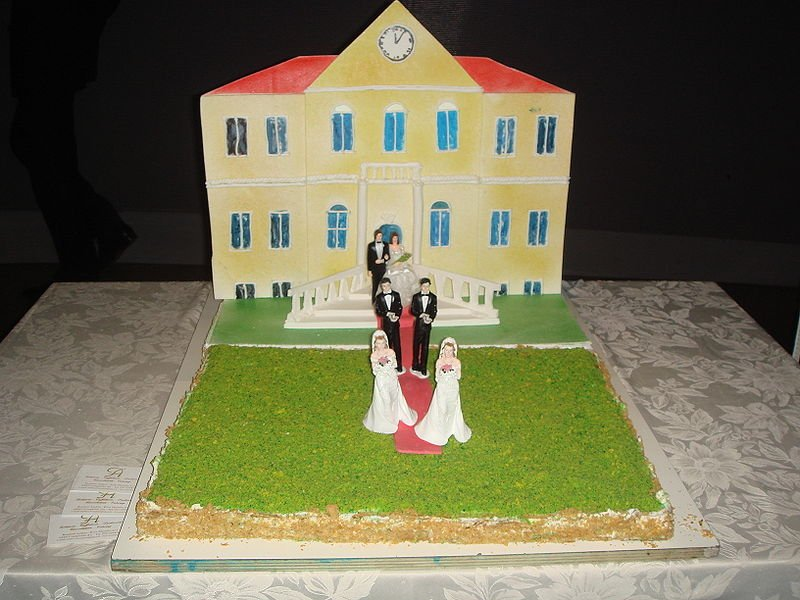 A symbolic marriage cake in favor of allowing SSM in Italy