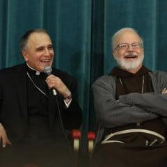 (Izquierda) Daniel N. DiNardo, arzobispo de Galveston-Houston, Texas, y (derecha) Sean P. O'Malley, arzobispo de Boston. Una hora después de la sesión de información del Vaticano, al menos dos cardenales estadounidenses seguirían con una conferencia de prensa de los suyos en el Colegio de América del Norte, la élite seminario de EE.UU. en Roma con vista a la Basílica de San Pedro. Foto cortesía de George Martell / El piloto de Boston.