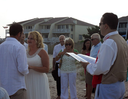 Han Hills, a humanist celebrant in Wilmington, NC, performs a wedding at Wrightsville Beach. Photo courtesy of Leap of Humanity
