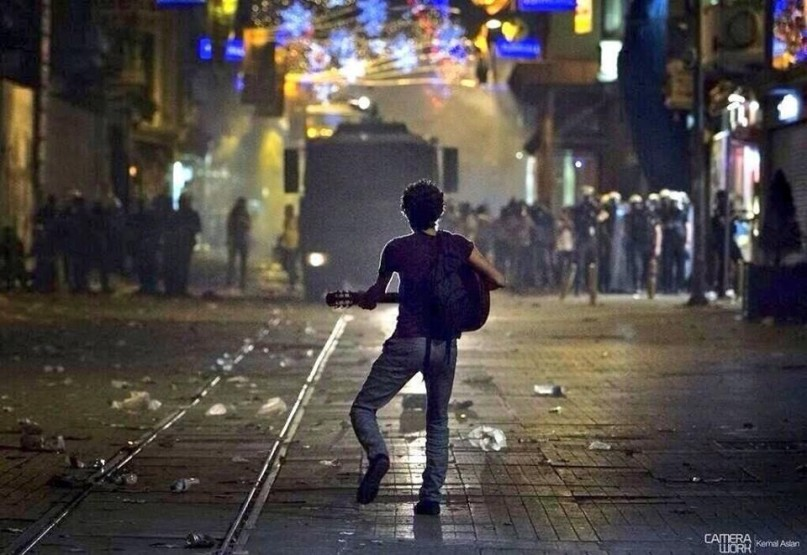 Turkey Guitar player facing Riot police