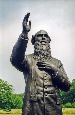 Statue of Father William Corby at Gettysburg battlefield by Samuel Murray. Photo courtesy Carptrash at English Wikipedia, Public domain via Wikimedia Commons
