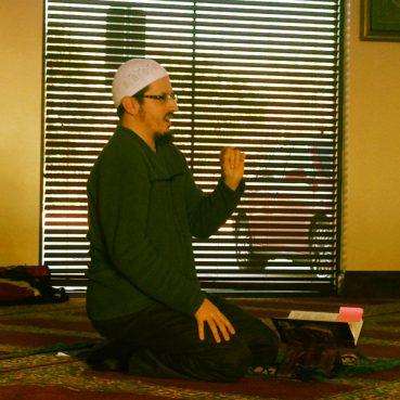 Imam Daniel Abdullah Hernandez teaching at the masjid. RNS photo by Ken Chitwood