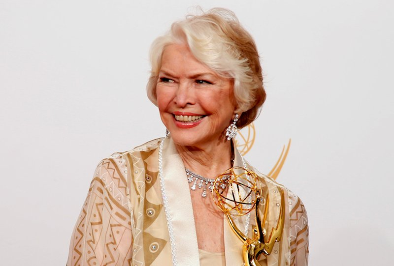 """Actress Ellen Burstyn from USA's miniseries """"Political Animals"""" poses backstage with her award for Outstanding Supporting Actress In A Miniseries Or A Movie at the 65th Primetime Emmy Awards in Los Angeles September 22, 2013. (Photo courtesy REUTERS/Lucy Nicholson)"""