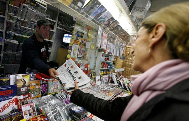 A woman buys a copy of Italian newspaper La Repubblica in Rome October 22, 2009.  Photo courtesy REUTERS/Alessia Pierdomenico