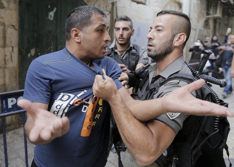 Israeli border police officers detain a Palestinian protester in Jerusalem's Old City,September 14, 2015. IREUTERS/Ammar Awad