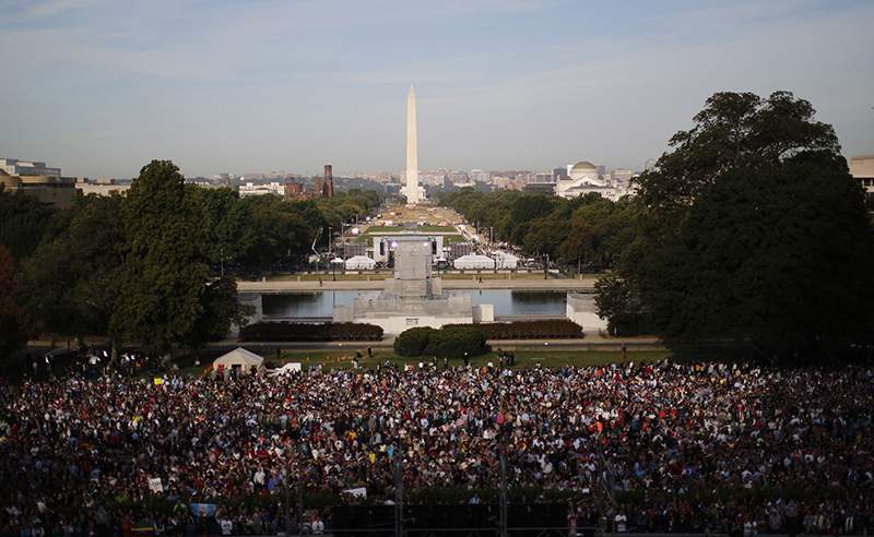 People pack the West Lawn of the U.S. Capitol to see Pope Francis appear on the Speaker's balcony before his speech to the U.S. Congress in Washington, on September 24 2015. Photo courtesy of REUTERS/Carlos Barria *Editors: This photo may only be republished with RNS-POPE-CONGRESS, originally transmitted on Sept. 24, 2015.