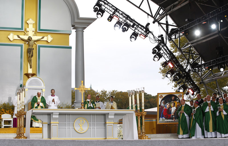 Pope Francis (L) celebrates his final mass of his visit to the United States at the Festival of Families on Benjamin Franklin Parkway in Philadelphia, Pennsylvania September 27, 2015. Photo courtesy REUTERS/Tony Gentile -