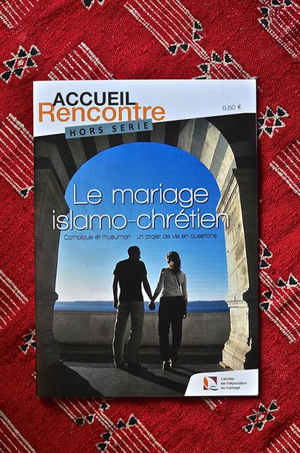 The cover of a French Catholic magazine for volunteers who prepare young couples for marriage. The headline says: