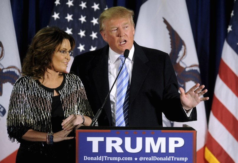 U.S. Republican presidential candidate Donald Trump (R) thanks the crowd after receiving Former Alaska Gov. Sarah Palin's endorsement at a rally at Iowa State University in Ames, Iowa January 19, 2016. REUTERS/Mark Kauzlarich