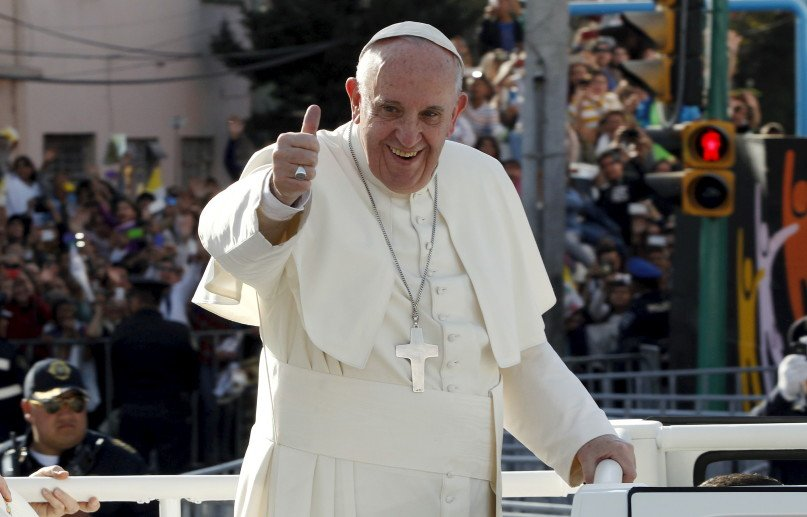 Pope Francis greets the crowd on his way to celebrate mass at the Guadalupe's basilica in Mexico City, February 13, 2016.  REUTERS/Carlos Jasso.