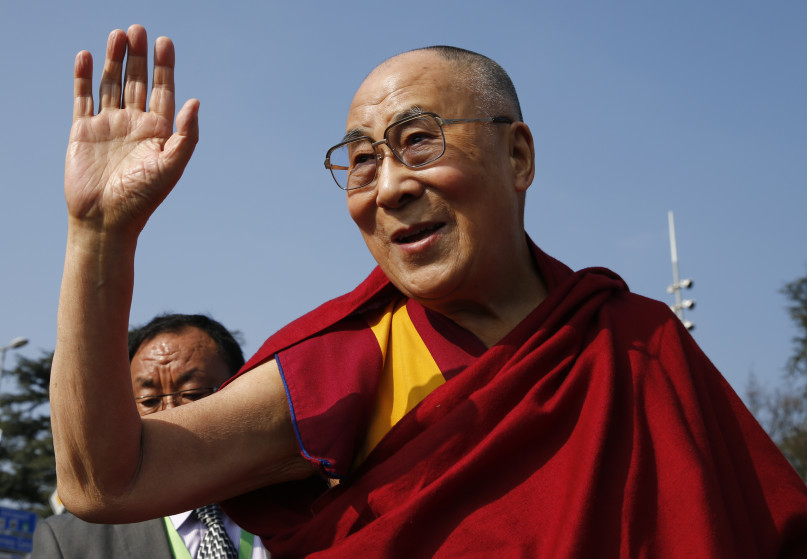 Tibetan spiritual leader the Dalai Lama waves to devotees outside the United Nations where the Human Rights Council is holding it's 31st Session in Geneva, Switzerland, March 11, 2016.  REUTERS/Denis Balibouse - RTSACYY
