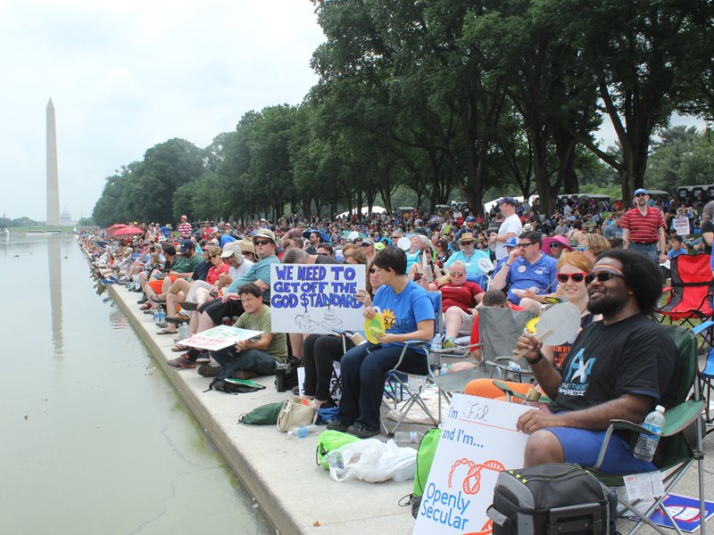 Crowds of atheists and other freethinkers assembled by the Lincoln Memorial reflecting pool for the Reason Rally on June 4, 2016 in Washington, D.C. RNS photo by Adelle M. Banks