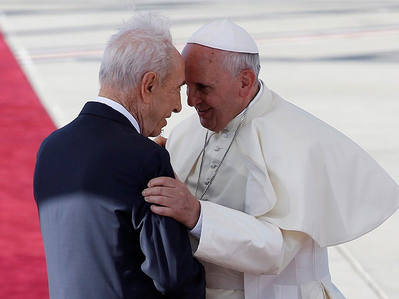Israel's President Shimon Peres, left, stands with Pope Francis during a welcoming ceremony at Ben Gurion international airport near Tel Aviv, Israel on May 25, 2014. Photo courtesy of Reuters/Baz Ratner/File Photo *Editors: This photo may only be republished with RNS-PERES-OBIT, originally transmitted on Sept. 28, 2016.