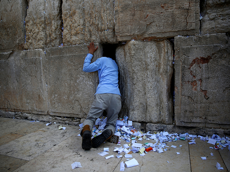 733d36123a1ac Donald Trump writes a prayer for Western Wall crevices - Religion ...