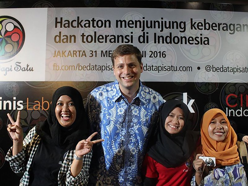 Left to right, Irma Shofia, Mr. Brian Fishman, Sarah Hajar Mahmudah, and Amanda Comntei during a hackathon. Photo courtesy of Acep Saepudin