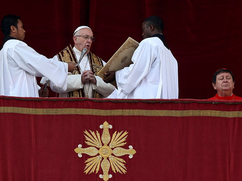 Pope's Christmas message urges end to war, terrorism and 'idolatry ...