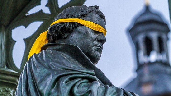 Blindfolded statue of Luther, Wittenberg 2015.