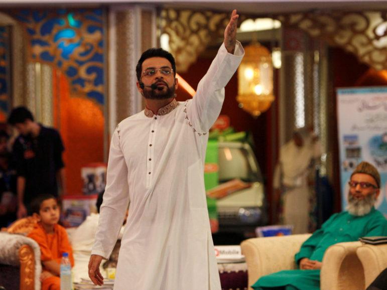 Aamir Liaquat Hussain gestures during a live show in Karachi, Pakistan July 26, 2013. REUTERS/Akhtar Soomro/File Photo