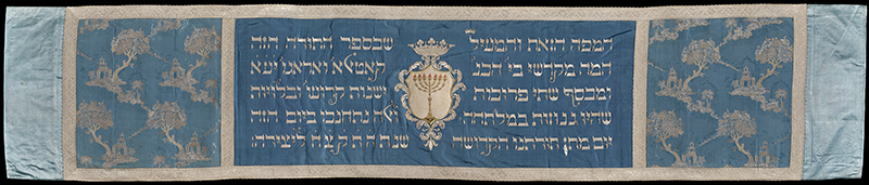 Mappà Scola Catalana, 1835. The blue colored Jewish fabric with gold script comes from the Catalan Schule, a place of worship that preceded the Jewish synagogue in Rome.