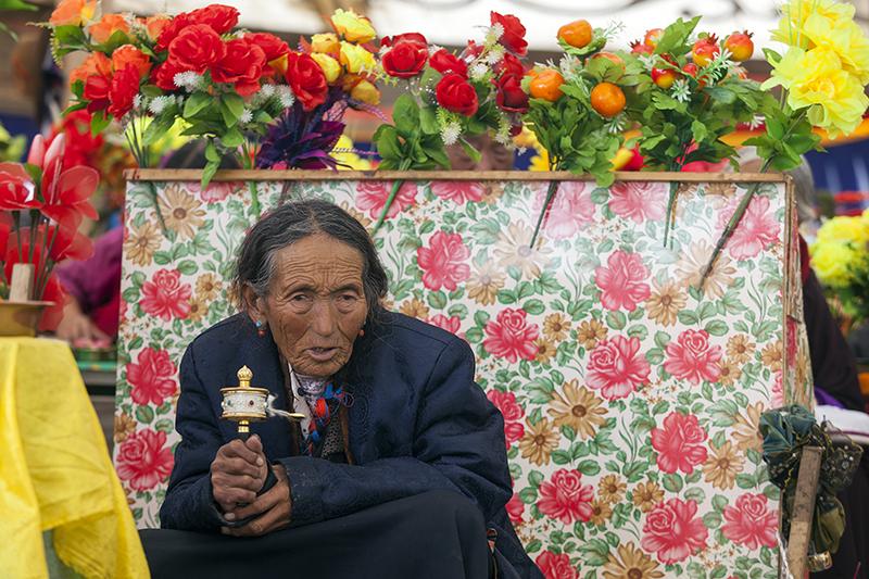 Buddhista imafesztivál egy kis, tibeti faluban