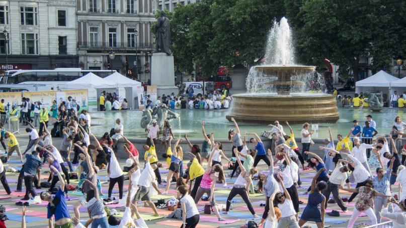 International Yoga Day in London 2017 in Trafalgar Square. Anna Sunderland Engels., CC BY