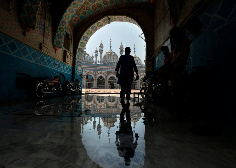 A Muslim worshipper arrives to attend noon prayers at a mosque, in Rawalpindi, Pakistan, on April 21, 2020. (AP Photo/Anjum Naveed)