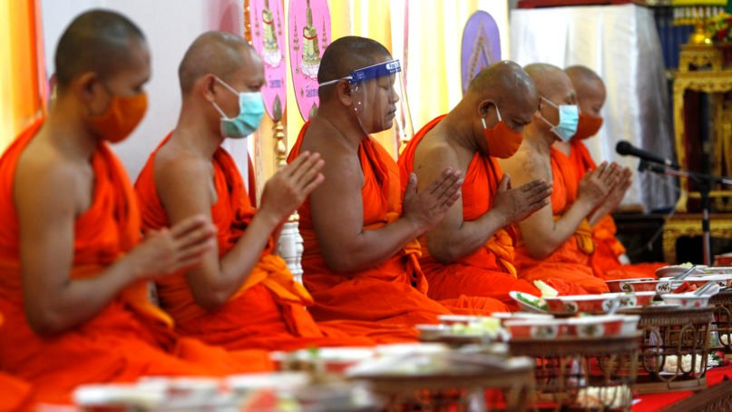 BANGKOK, THAILAND - 2020/05/11: Buddhist monks wearing face masks as a preventive measure pray at Phleng Temple amid the coronavirus (COVID-19) crisis. Ministry of Health Thailand has recorded a total of 3,015 infections, 56 deaths and 2,796 recovered since the beginning of the outbreak. (Photo by Chaiwat Subprasom/SOPA Images/LightRocket via Getty Images)
