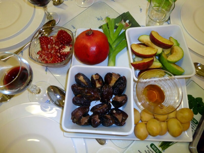 A Rosh Hashana Seder meal, including symbolic elements such as apples, honey and pomegranate. Photo by Deror_avi/Creative Commons