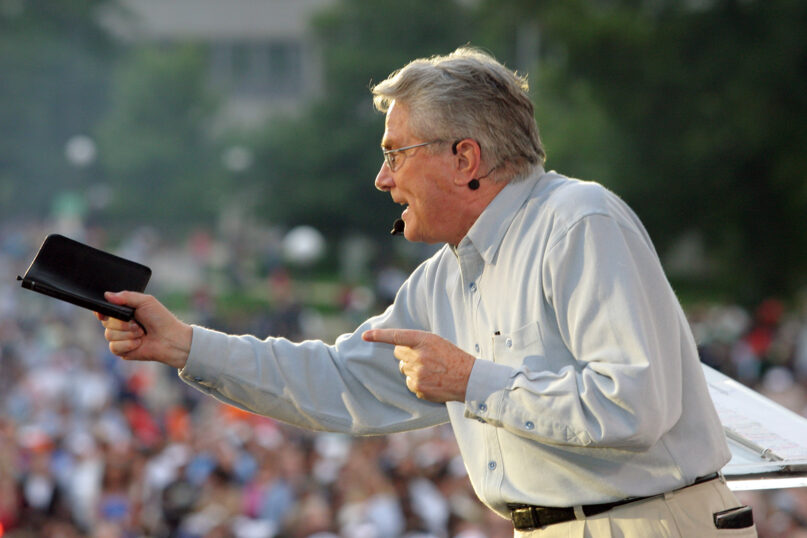 Luis Palau at the Twin Cities Festival in August 2004. Photo by Steve Smith, courtesy of the Luis Palau Association