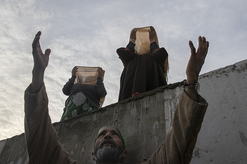 Kashmiri Muslim devotees pray as the head cleric displays a relic believed to be a hair from the beard of Islam's Prophet Muhammad at the Hazratbal shrine on the Friday following Mehraj-u-Alam, believed to mark the ascension of Prophet Muhammad to heaven, in Srinagar, Indian controlled Kashmir, Friday, March 19, 2021. (AP Photo/Dar Yasin)