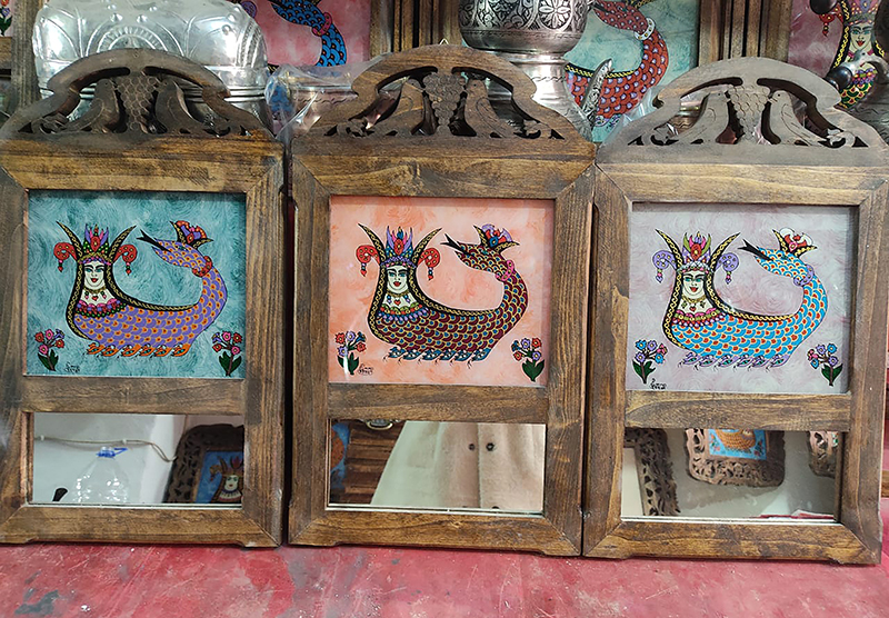 Mirrors ornamented with paintings of Şahmeran on a wooden frame in Mardin. Photo courtesy of Creative Commons