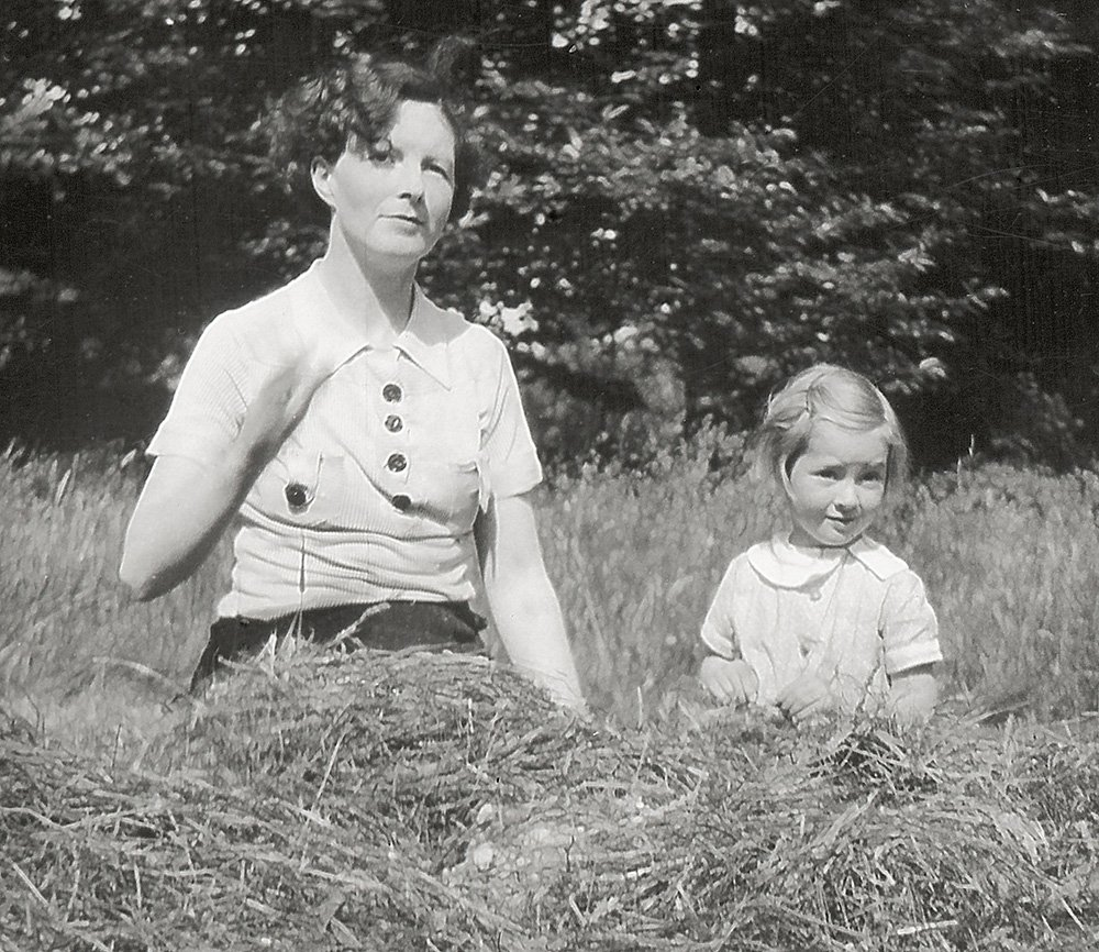 Young Jane Goodall with her mother, Vanne Goodall. (JGI/Courtesy of the Goodall Family)