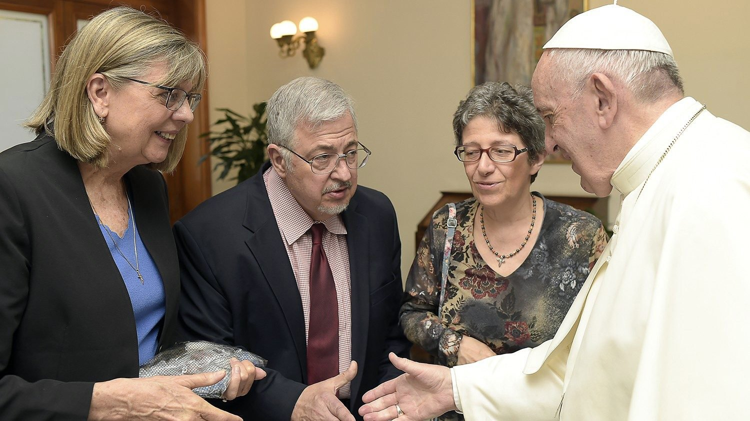 Dale Recinella, center, and his wife Susan, left, meet with Pope Francis at the Vatican in 2019. Photo via Vatican News
